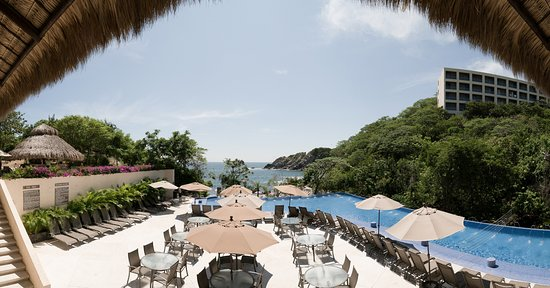 Isla Natura Beach Huatulco: Vista desde el restaurante hacia alberca de adultos