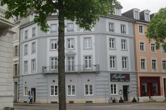Hotel Restaurant Resslirytti: Corner hotel, great location