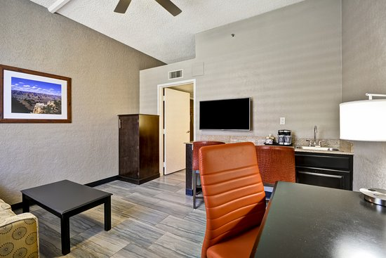 DoubleTree by Hilton Phoenix North: 1 Bedroom, 2-Room Suite