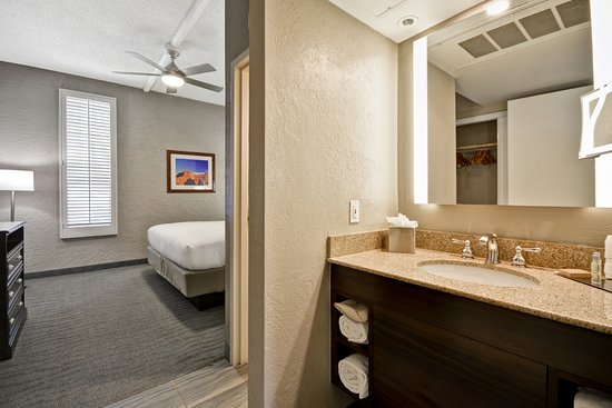 DoubleTree by Hilton Phoenix North: Bathroom