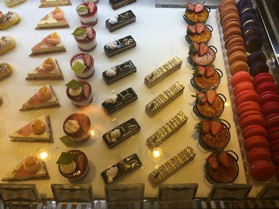 Fontainebleau: Pastelitos en el corner-café
