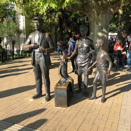 Monument to the Characters of Movie Brilliantovaya Ruka ภาพถ่าย
