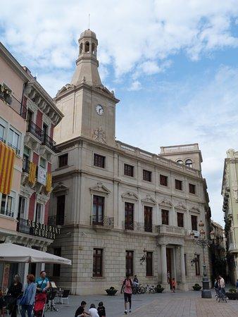 """Ajuntament de Reus: """"Fanal"""" en la Fachada"""