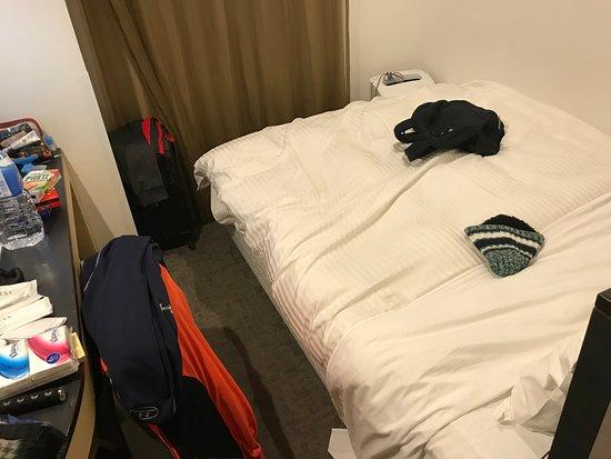 Sotetsu Fresa  Inn Nihombashi Ningyocho : Queen bed with TV table