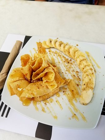 ''Chocolat'' Creperie - Pasteria - Cafe: Yogurt pouch with banana on the side
