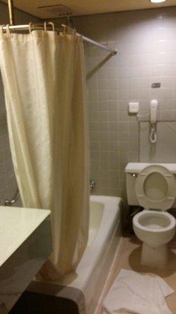 GDH Hotel: 화장실이요 샤워시 수압이 높진 않습니다. 세면대 수압을 쎄요