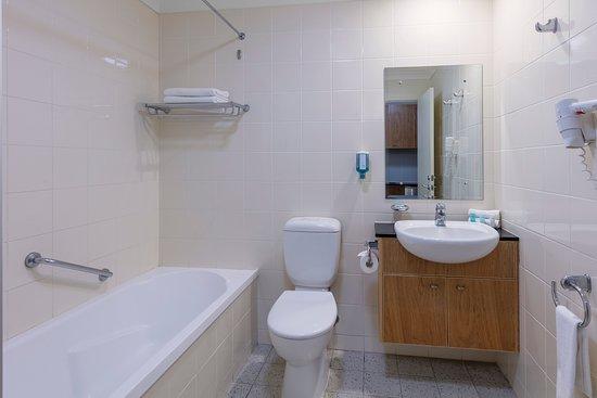 Nesuto Canberra Apartment Hotel : Studio - Bathroom