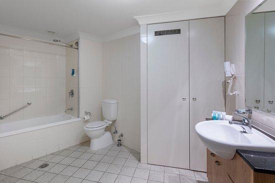 Nesuto Canberra Apartment Hotel : Two Bedroom - Bathroom