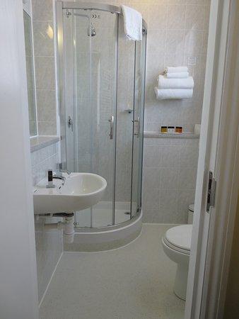 The Darlington Hyde Park: Room 206 Bathroom
