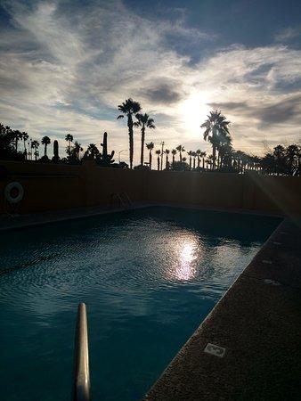 Comfort Suites Airport: Pool Reflecting Sun at Dusk