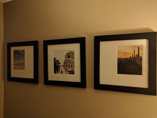 Comfort Suites Airport: Room Wall Decor
