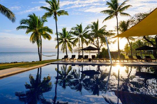 Hilton Fiji Beach Resort & Spa : Main Pool - Sunrise