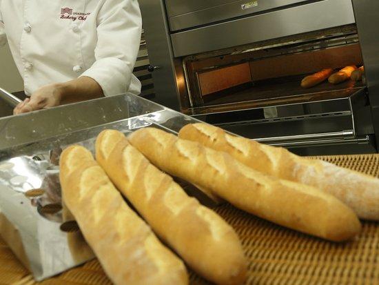 Otani Sanso: 「THE BAKERY」のパンは、小麦の風味をおたのしみいただけるよう、低温長時間発酵をいたしております。冷めても美味しくお召し上がり頂けるよう仕上げてございます(2階ベーカリーショップ)