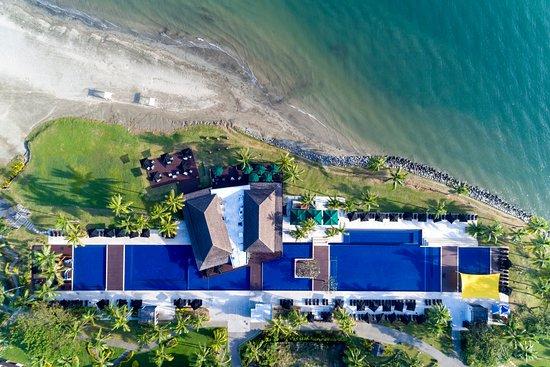 Hilton Fiji Beach Resort & Spa: Nuku Restaurant and Main Pools