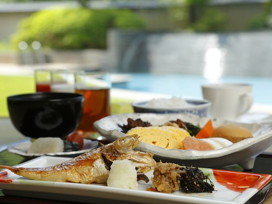 Otani Sanso: 目の前で焼き立てをご用意する本日の焼魚や料理長監修の佃煮、山口県産のごはん、五穀米など、旅館の朝は和食でスタートされたいお客様にもご好評いただいております。