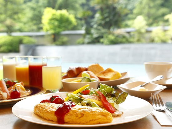 Otani Sanso: 爽やかな朝の陽光がやさしくそそぐ朝食会場で。山口県の地産食材を中心に、和洋50種類のメニューをご用意いたしております。盛り付けもたのしい、朝のひとときをどうぞ。