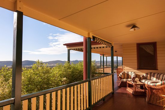 The Mudgee Homestead Guesthouse: Our sweeping verandah with stunning vineyard & Mudgee Valley views