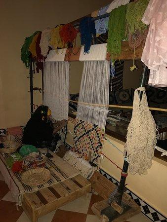 Maison d'Hotes Sahara: Kira's mother weaving