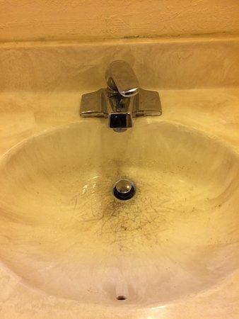Jamestown, Californien: Bathroom sink with deep dirty stains