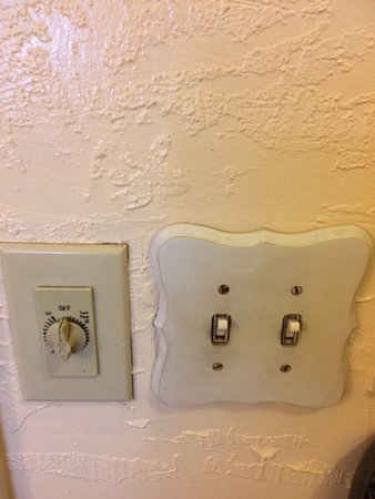 Jamestown, CA: Dirty light switches, fan switch
