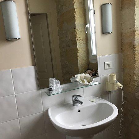 Chateau Fleur de Roques: Salle de bain d une chambre standard