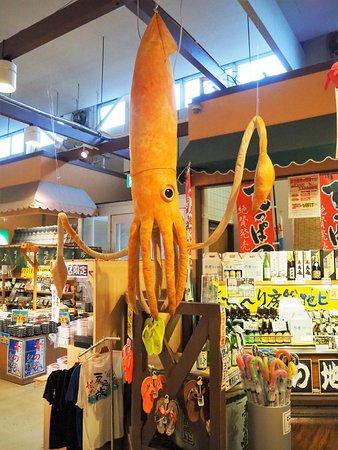 The Fish: ザ・フィッシュ内の海山物販売に吊ってある烏賊のぬいぐるみ