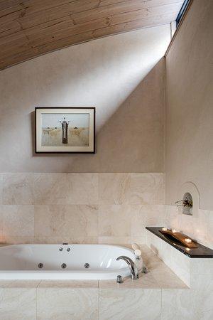Aiyana Retreat: Tap's bathroom