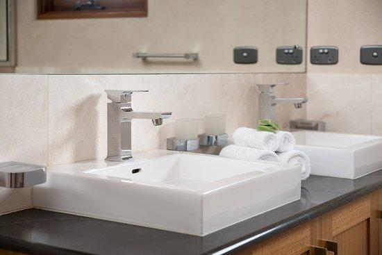 Aiyana Retreat: Tao's double sinks