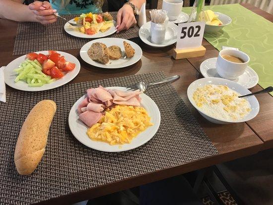 Vyhne, Slovakia: raňajky formou bufetových stolov