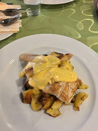 Vyhne, Slovakia: morčacie prsia s holandskou omáčkou, špargľou a pečenými zemiakmi