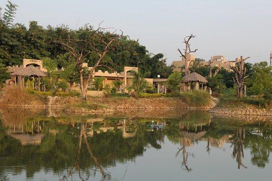 Tathastu Resorts: Lake view