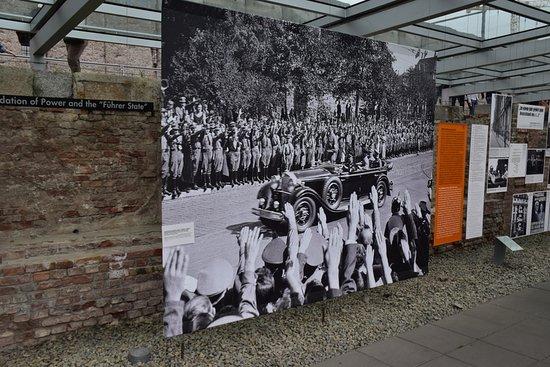 พิพิธภัณฑ์โทโปกราฟี ออฟ เทอร์เรอร์: Hitler tiljubles
