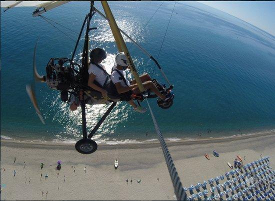 SeaFly: Volo in deltaplano sulla splendida Costa di Badolato....Mare dai Mille colori