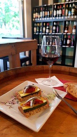 Castelnau-d'Estretefonds, Francia: Pain de campagne, courgette, tomate confite, anchois marinés, curry