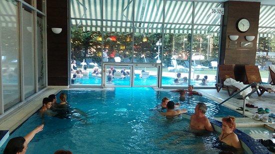 Mezokovesd, Ungarn: Hotel élménymedence (egyik fele kint- másik fele bent)