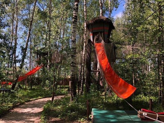 Sokolnikovo, Rosja: домики на деревьях
