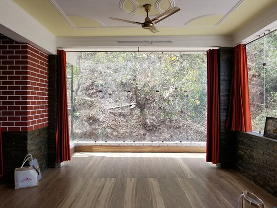Samadhi Yoga Ashram : one of the teaching halls, with floor to ceiling glasses
