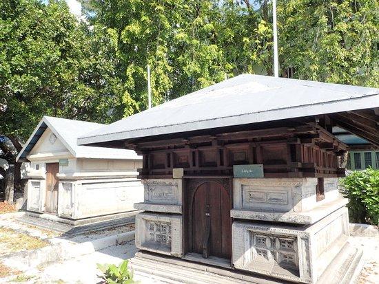 Hukuru Miskiiy (Old Friday Mosque): 個々の霊廟