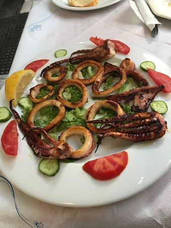 Aspro Alogo: grilled calamari