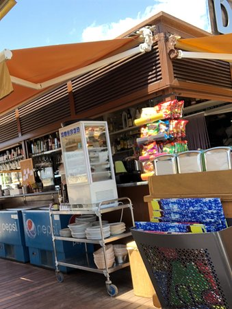 Restaurant Denver Cambrils: The bar and cooking area behind.