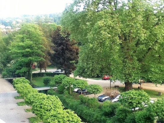Chateau des Thermes: Vue sur le parking et le parc...
