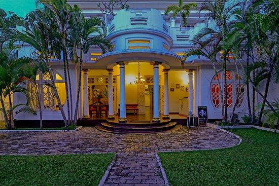 Deco On 44: Hotel entrance