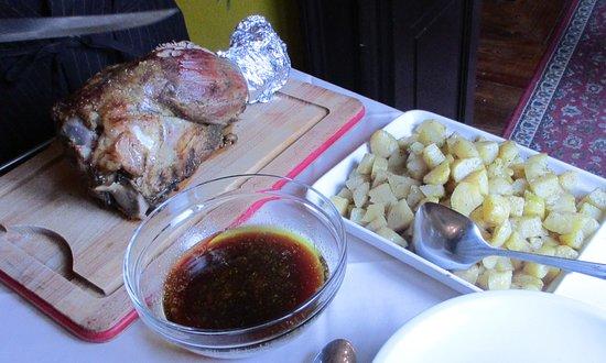 Castagnole Monferrato, Italia: Stinco di Vitello cotto al forno con le patate