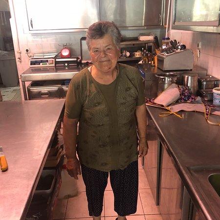 Taverna Kalamitsi: Que du bonheur, grâce à Dimitris (papa), Ioanna (maman), Stelios (fils), Dimitra (serveuse sympa