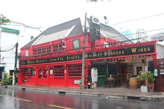 Scruffy Murphy's Irish Pub Bangkok: Front view from opposite soi 23