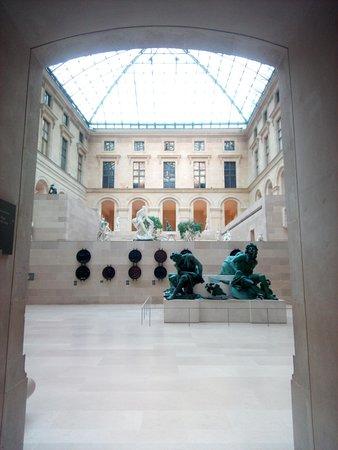 Musée du Louvre : One of the spectacular sculpture galleries.