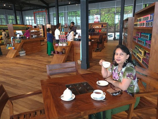 Ramboda, Srí Lanka: Tea at tables by check-out