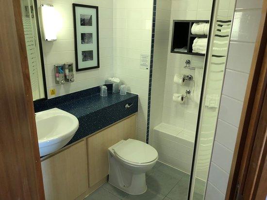 Holiday Inn Express Shrewsbury: Bathroom