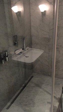 panoramic corner King room 1216: spacious bathroom