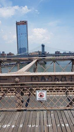 Jembatan Brooklyn: No locks.